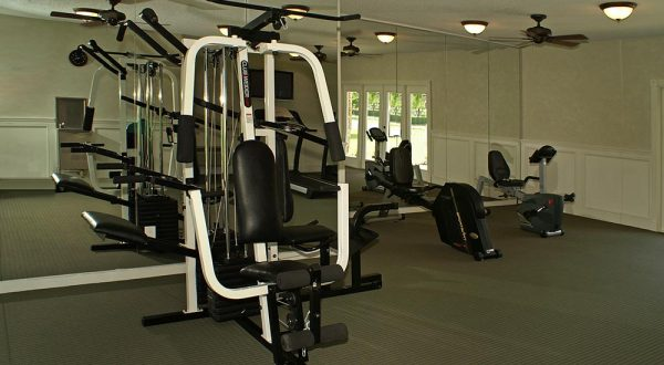 exercise-equipment-in-fitness-studio