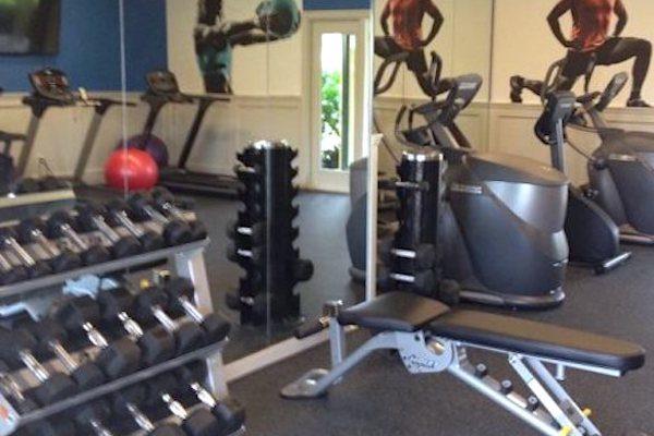 exercise-equipment-in-fitness-studio